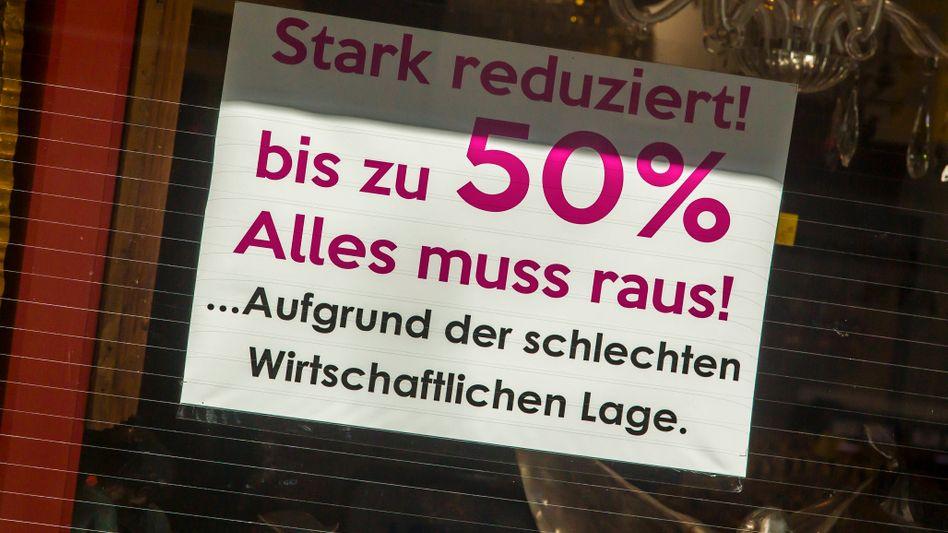 Ausverkauf: Aushang an Geschäft in der Kölner Innenstadt