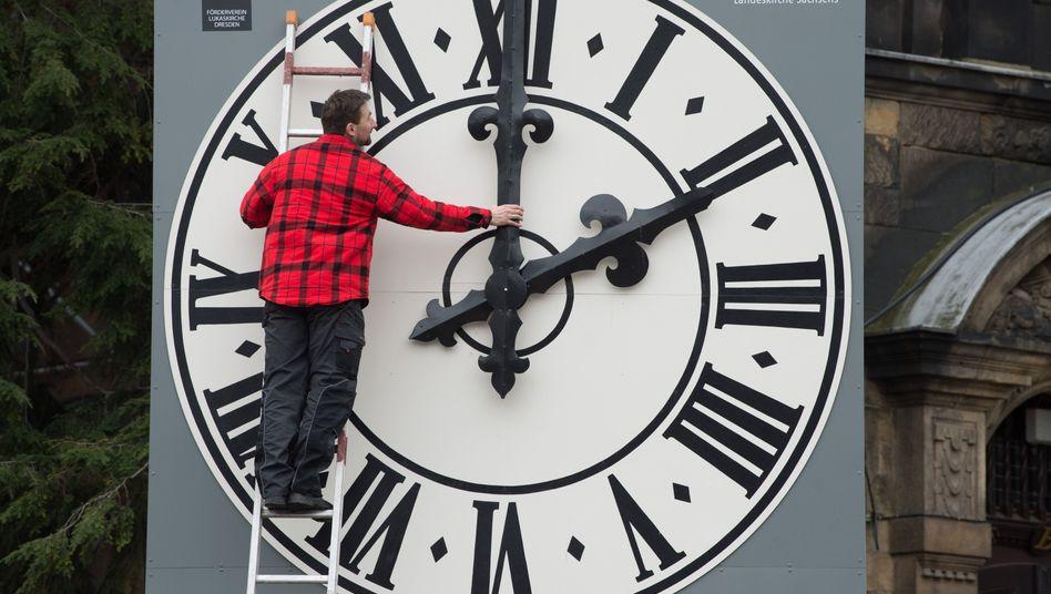 Jedes Jahr dasselbe: Seit 1996 stellen die Menschen in allen EU-Ländern die Uhren im März eine Stunde vor und im Oktober wieder eine Stunde zurück