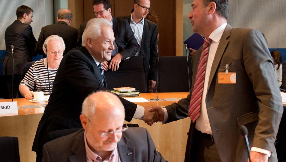 Handschlag zwischen Bahn-Chef Rüdiger Grube und GDL-Vorsitzendem Claus Weselsky vor zwei Jahren. Inzwischen mag der eine den Namen des anderen nicht in den Mund nehmen. Und der andere vermutet sein Gegenüber in einer Badewanne voller Champagner.