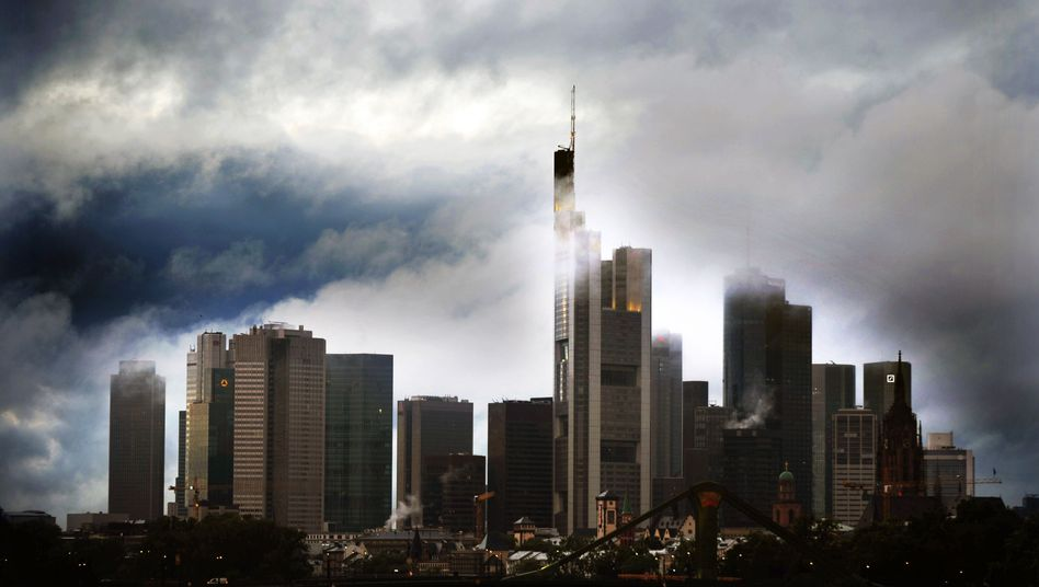 Die Sache mit den dunklen Wolken. Skyline von Frankfurt, dem Sitz der Bank Mainfirst, der jetzt die Anleger davonlaufen.