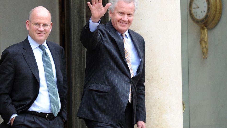 GE-Chef John Flannery mit seinem Vorgänger Jeff Immelt (rechts): Die Energiesparte bringt den Siemens-Rivalen in Not. Auch in München zieht man bereits Konsequenzen