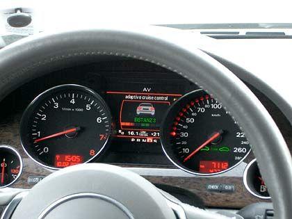 Was der Fahrer kontrollieren kann: Unten im Tacho zeigt das System an, dass es aktiviert wurde. Zwischen Tacho und Drehzahlmesser erkennt man den voreingestellten Abstand