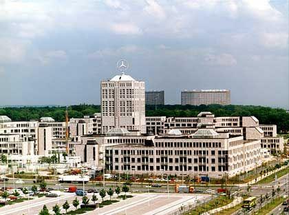 Von weitem blinkt der Stern: Die DaimlerChrysler-Zentrale wurde 1986 bis 1990 erbaut nach Plänen der Düsseldorfer Architektengruppe BHLM. Federführend war der Architekt Rolf Maschlanka. Der Gebäudekomplex erstreckt sich auf einer Gesamtfläche von rund 155.000 Quadratmetern und beherbergt neben dem Konzernvorstand auch die zentralen Stabs- und Forschungsbereiche.