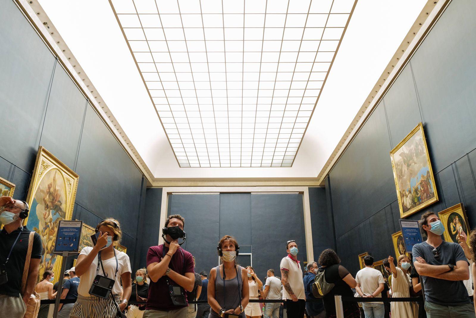 PARIS: Le Musee du Louvre reouvert au Public apres 4 mois de fermeture. Il est necessaire de reserver son billet a l av