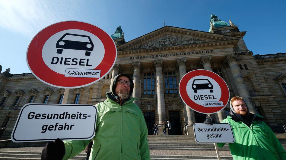 Aktivisten vor dem Bundesverwaltungsgericht: Das Urteil zu Fahrverboten ist eine Klatsche für deutsche Autobauer