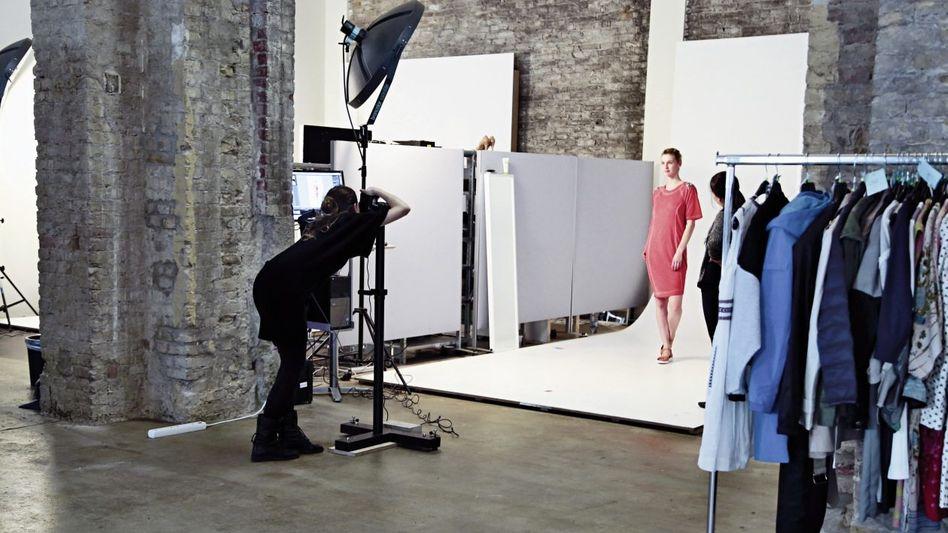 Fotoshooting bei Zalando: Täglich mehr als 1000 neue Kleidungsstücke