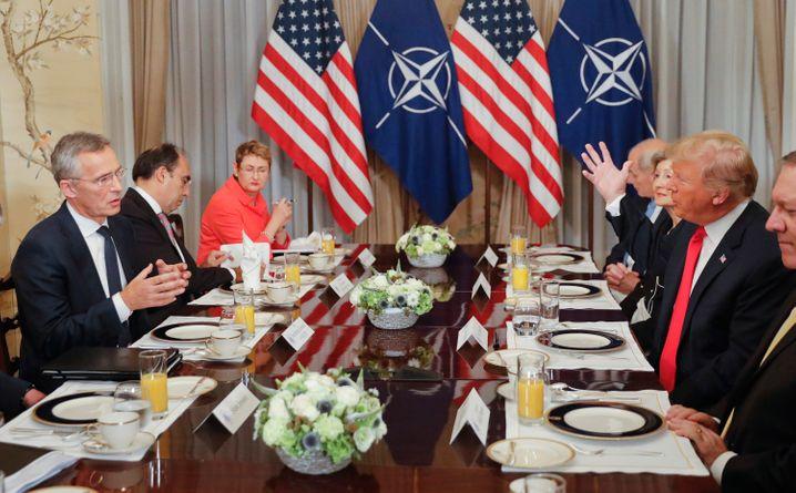 """""""Ein gutes Frühstück - bezahlt von den Vereinigten Staaten"""": Nato-Generalsekretär Jens Stoltenberg nahm beim Nato-Gipfeltreffen Trumps Volten mit Humor"""