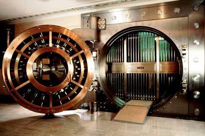 Der größte Bankraub aller Zeiten: Wer sein Geld vor Wertverfall schützen wollte, wurde von seiner Bank in den Finanzmarkt gelenkt