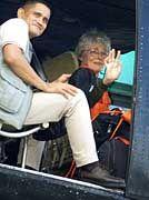 Renate Wallert winkt aus dem Hubschrauber, der sie in die Freiheit fliegt