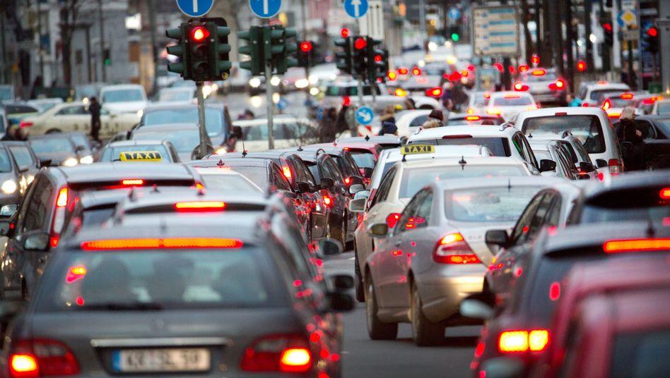 Stau in der City: Das Bundesverwaltungsgericht in Leipzig entscheidet am Donnerstag über die Frage, ob Städte und Kommunen Fahrverbote für Dieselautos verhängen dürfen