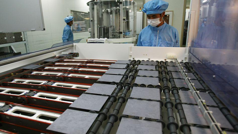 Solarzellen-Produktion bei Yingli: Der Preisverfall bei Solarmodulen und die Billigkonkurrenz aus China setzen deutschen Unternehmen zu. Solon ist inzwischen insolvent. Beim Konstanzer Solarzellenhersteller Sunways bahnt sich eine Übernahme aus China aus