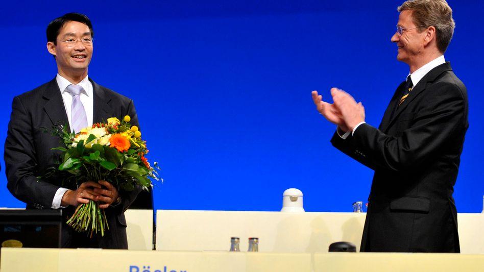 Der alte und der neue Chef: Laut mm-Umfrage trauen Deutschlands Führungskräfte weder dem FDP-Vorsitzenden Rösler (l.) noch Außenminister Westerwelle viel zu