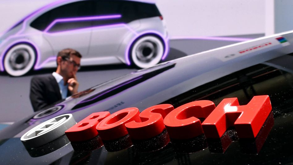 Bosch-Logo (mit Vorstandschef Volkmar-Denner im Hintergrund): Spätestens 2022 will der Autozulieferer eigene Brennstoffzellen auf den Markt bringen