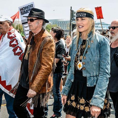 """Angry Couple: Superstar Neil Young (""""The Godfather of Grunge"""") marschiert und musiziert seit Jahren gegen den Monsanto-Konzern. Hier zusammen mit seiner Partnerin Daryl Hannah (""""Kill Bill"""")."""
