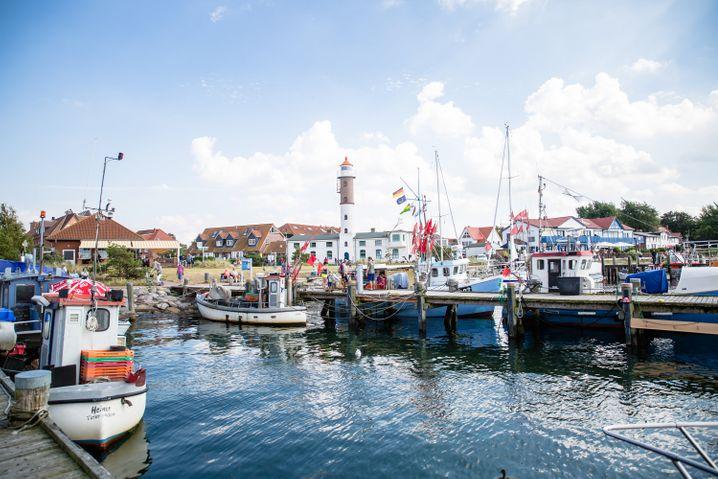 Der Hafen von Timmendorf auf der Insel Poel wird von einem Leuchtturm überragt.