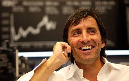 Haben gut Lachen: Der Dax schließt den achten Handelstag in Folge im Plus, das hebt die Stimmung unter den Händlern