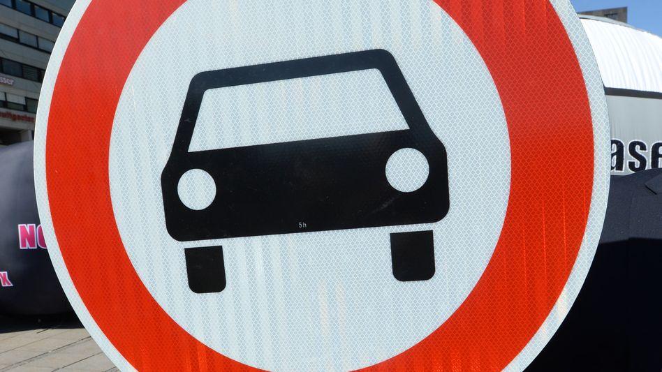 """""""Verbot für Diesel-Kraftwagen"""": Erste Fahrverbote in einzelnen Großstädten scheinen die Käufer von Dieselwagen nicht mehr ernsthaft zu beunruhigen"""