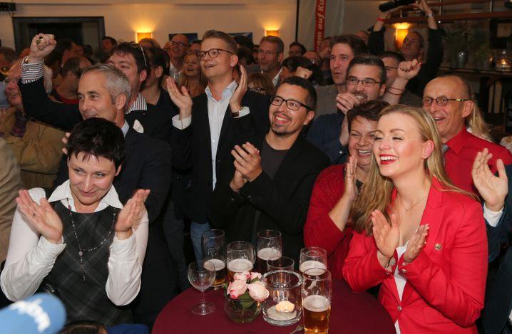 Anhänger der SPD jubeln in Schwerin