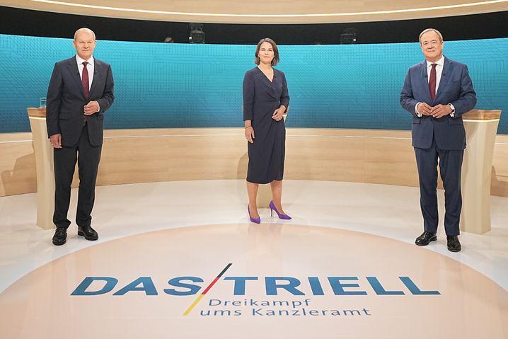 """Treffen im TV: Die Kandidaten Olaf Scholz (SPD, l.), Armin Laschet (CDU, r.) und Kandidatin Annalena Baerbock beim """"Triell"""" am Sonntagabend"""