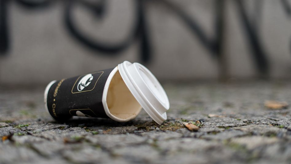 Einweg-Kaffeebecher: 320.000 Stück werden pro Stunde in Deutschland nach wenigen Minuten Gebrauch in den Müll geworfen. Pfandsysteme wie Recup oder Freiburg Cup steuern dagegen