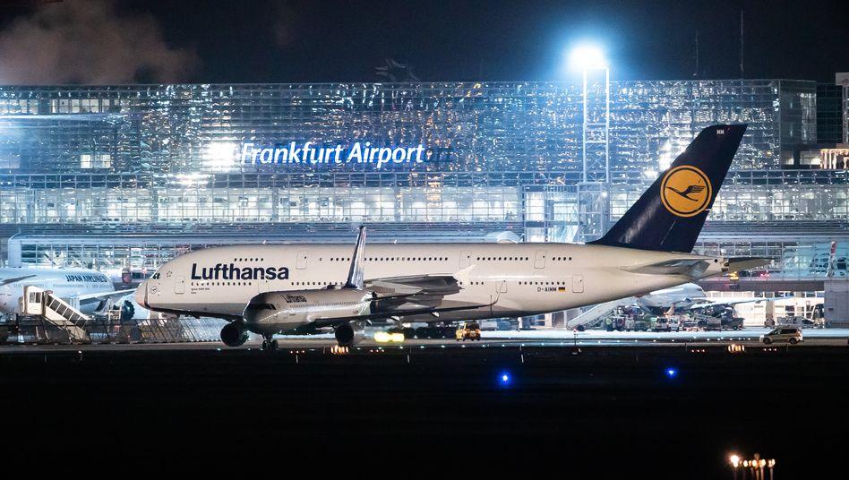 Lufthansa-Maschine in Frankfurt am Main: Die Airline muss 22 Flüge streichen