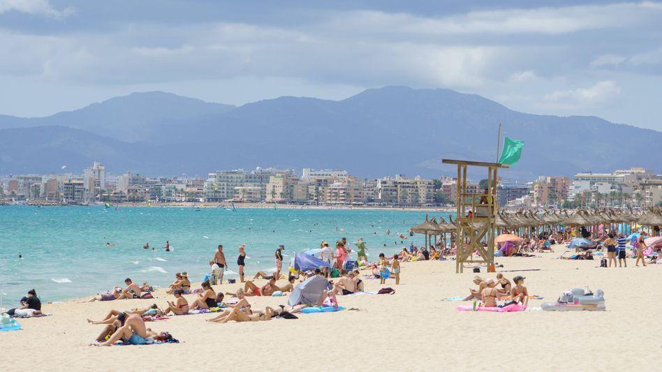 Urlauber kehren zurück: Die Strände, wie hier auf Mallorca, füllen sich langsam wieder mit Gästen. Der Reisekonzern Tui profitiert davon