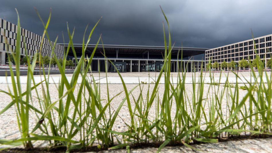 Terminalgebäude des Hauptstadtflughafens Berlin Brandenburg Willy Brandt (BER)