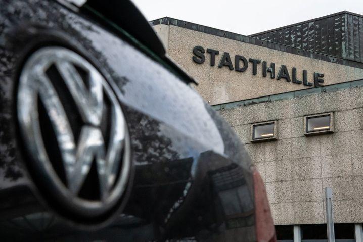 Showdown in Braunschweig: Die erste mündliche Verhandlung wurde wegen des großen Andrangs in die Braunschweiger Stadthalle verlegt. Etwa 470.000 Dieselkunden haben sich der Musterklage angeschlossen.