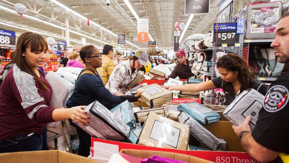 Walmart erwirtschaftete im vergangenen Geschäftsjahr rund 524 Milliarden Dollar Umsatz.. Obwohl vergleichsweise spät gestartet kann der Handelsriese vor allem seine Online-Erlöse um mehr als ein Drittel steigern. Sie sollen weltweit schon bald auf gut 50 Milliarden Dollar steigen.