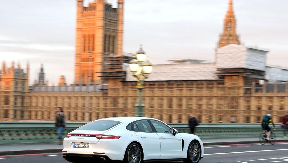 Porsche-Käufer in Großbritannien könnten Preiserhöhungen noch verschmerzen. Doch vermutlich dürften bei einem harten Brexit auch andere Autobauer dem Beispiel der Sportwagenschmiede folgen und anfallende Zölle an die Kunden weiterreichen