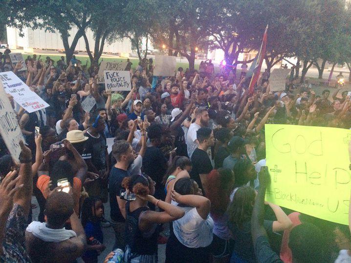 Menschen aller Hautfarben demonstrieren in Dallas gegen den brutalen Tod zweier Schwarzer durch Polizeikugeln in Louisiana und Minnesota binnen 48 Stunden - wenig später werden dann in Dallas mindestens vier Polizisten erschossen
