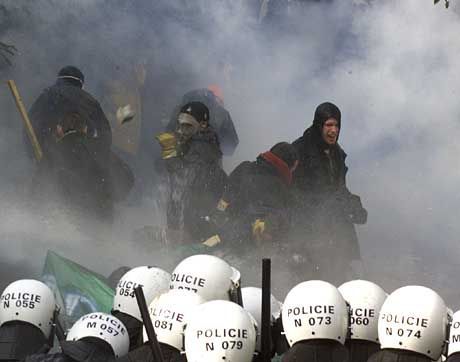 Anti-IWF-Demonstranten im Tränengas-Nebel