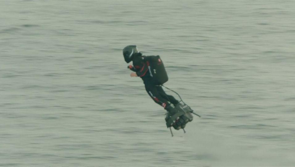 Franky Zapata: Flyboard-Erfinder überquert Ärmelkanal