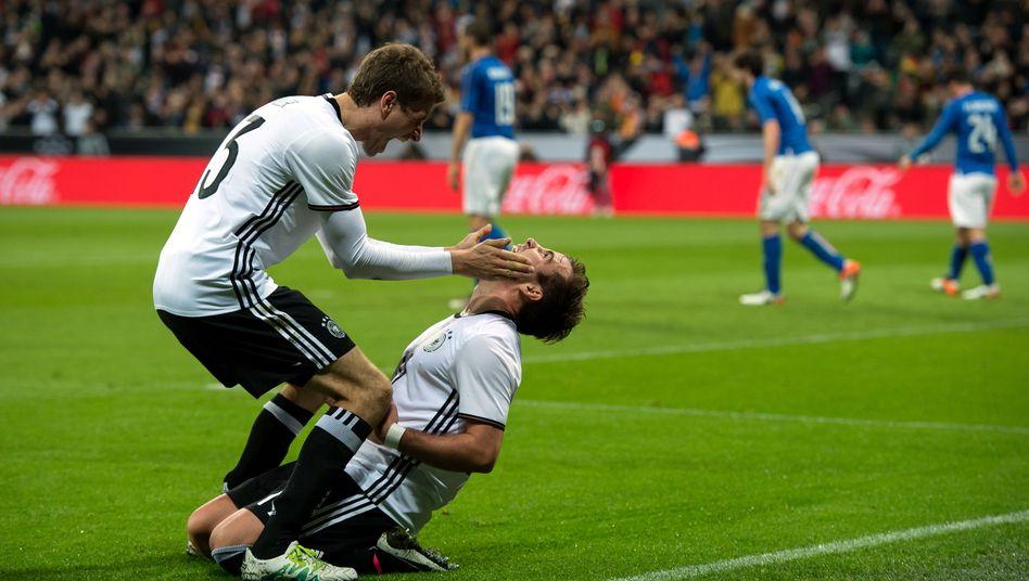 Watschn für den Torschützen: Thomas Müller und Mario Götze im Testspiel gegen Italien. Bei der EM im Juni in Frankreich müssten Jogis Kicker schon das Viertelfinale erreichen, damit es Prämien vom DFB gibt