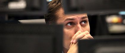 Bange Blicke: Anleger gingen angesichts neuer Hiobsbotschaften aus dem Finanzsektor am Montag in Deckung. Händler sprachen von Panikstimmung.