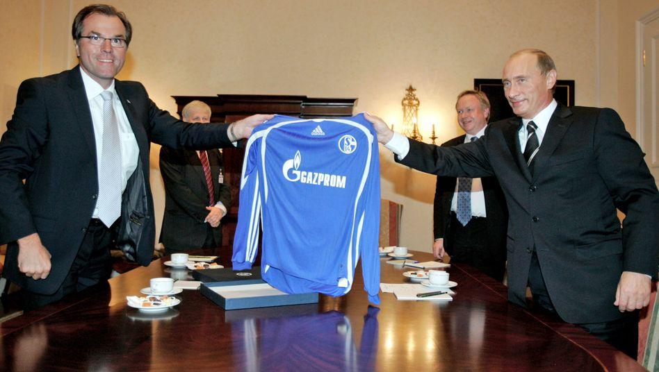 Geschäfte unter Freunden: Schalke-Boss Clemens Tönnies (l.) und Russlands Präsident Putin mit dem Trikot des Hauptsponsors Gazprom