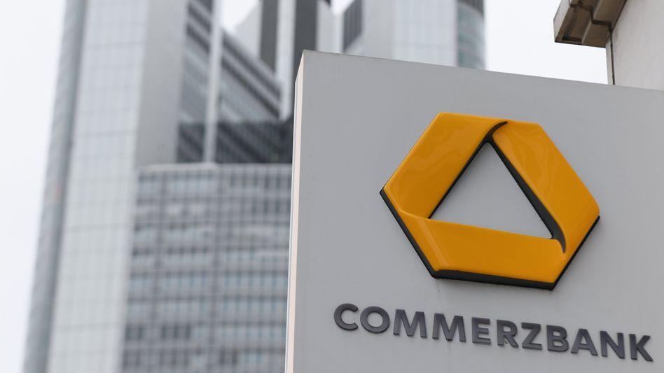 Commerzbank-Schild in Frankfurt: Die Bank ist überraschend in die schwarzen Zahlen zurückgekehrt