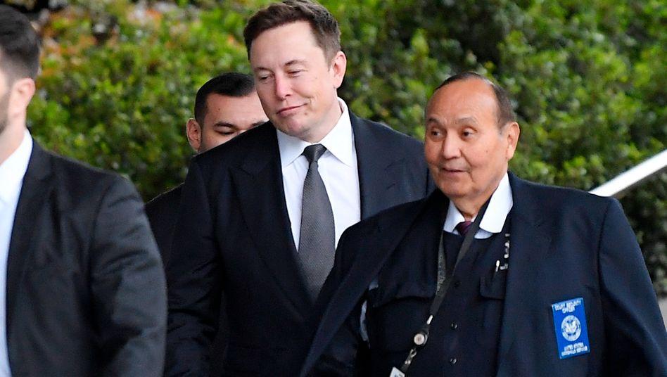 Freigesprochen: Tesla-Chef Musk (M.) mit Begleitern vor dem Gericht in Los Angeles.