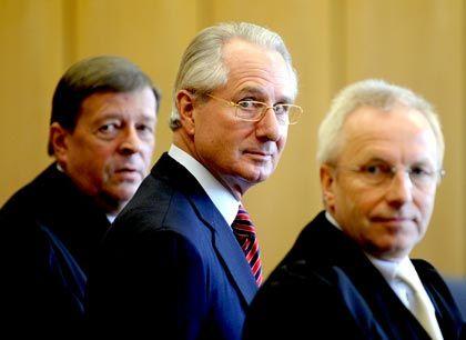 Geständig: Ex-Post-Chef Zumwinkel mit seinem Verteidiger Feigen (l.)