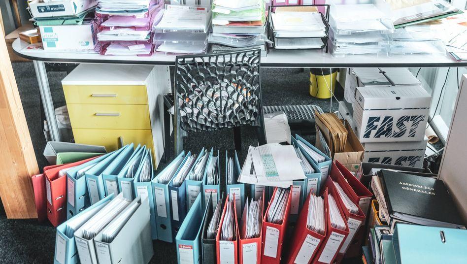 Die meisten Büros zu Corona-Zeiten: Weniger Menschen, mehr Post- und Aktenstapel.