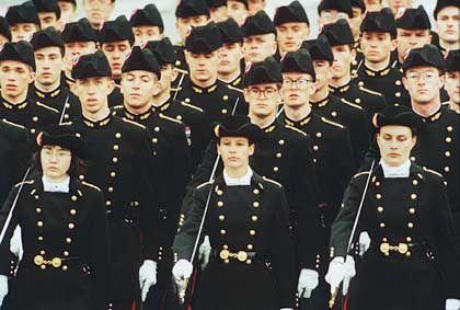 Französische Kaderschmiede: Schüler der École Polytechnique beim Marsch über die Champs-Élysées in Paris. An der Polytechnique, einer Ingenieurschule mit militärischem Status, tragen die Studierenden zu besonderen Anlässen Uniform.
