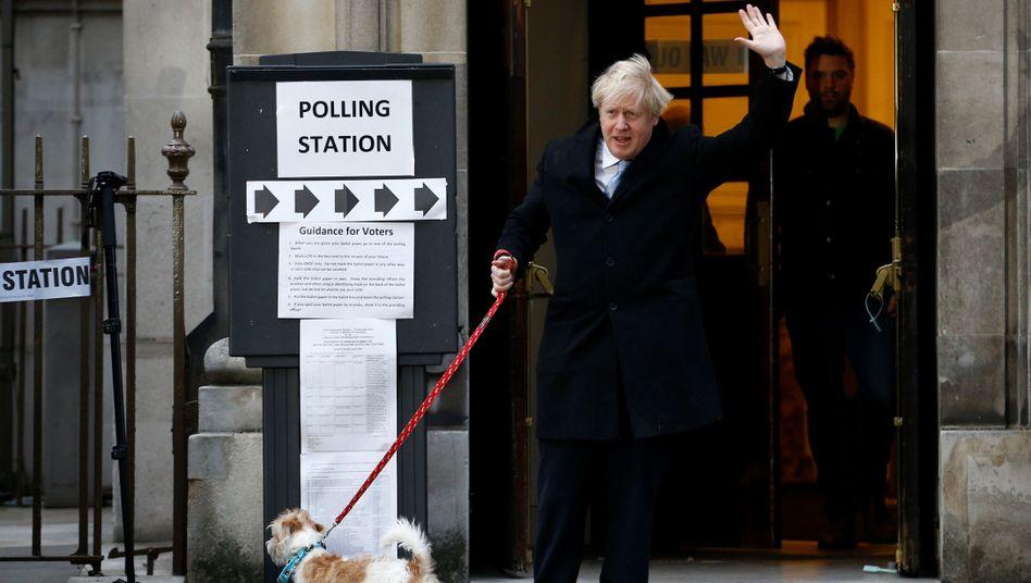 Der Gewinner: Boris Johnson samt Hund Dilyn nach Abgabe seiner Stimme am Donnerstag in London.