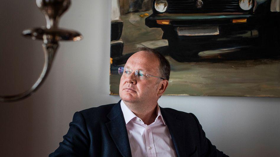 Kontaktpfleger: Harald Christ in seiner Wilmersdorfer Altbauwohnung, in die er regelmäßig Prominenz lädt