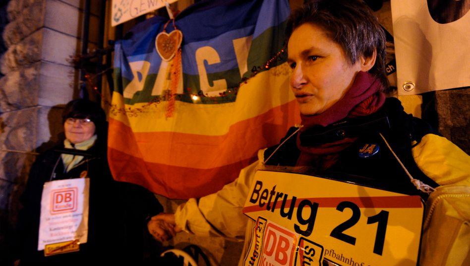 Blockade: Einige Gegner des Projekts Stuttgart 21 mussten von der Polizei weggetragen werden