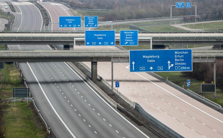 Leere Autobahn A14 bei Schkeuditz (Sachsen)