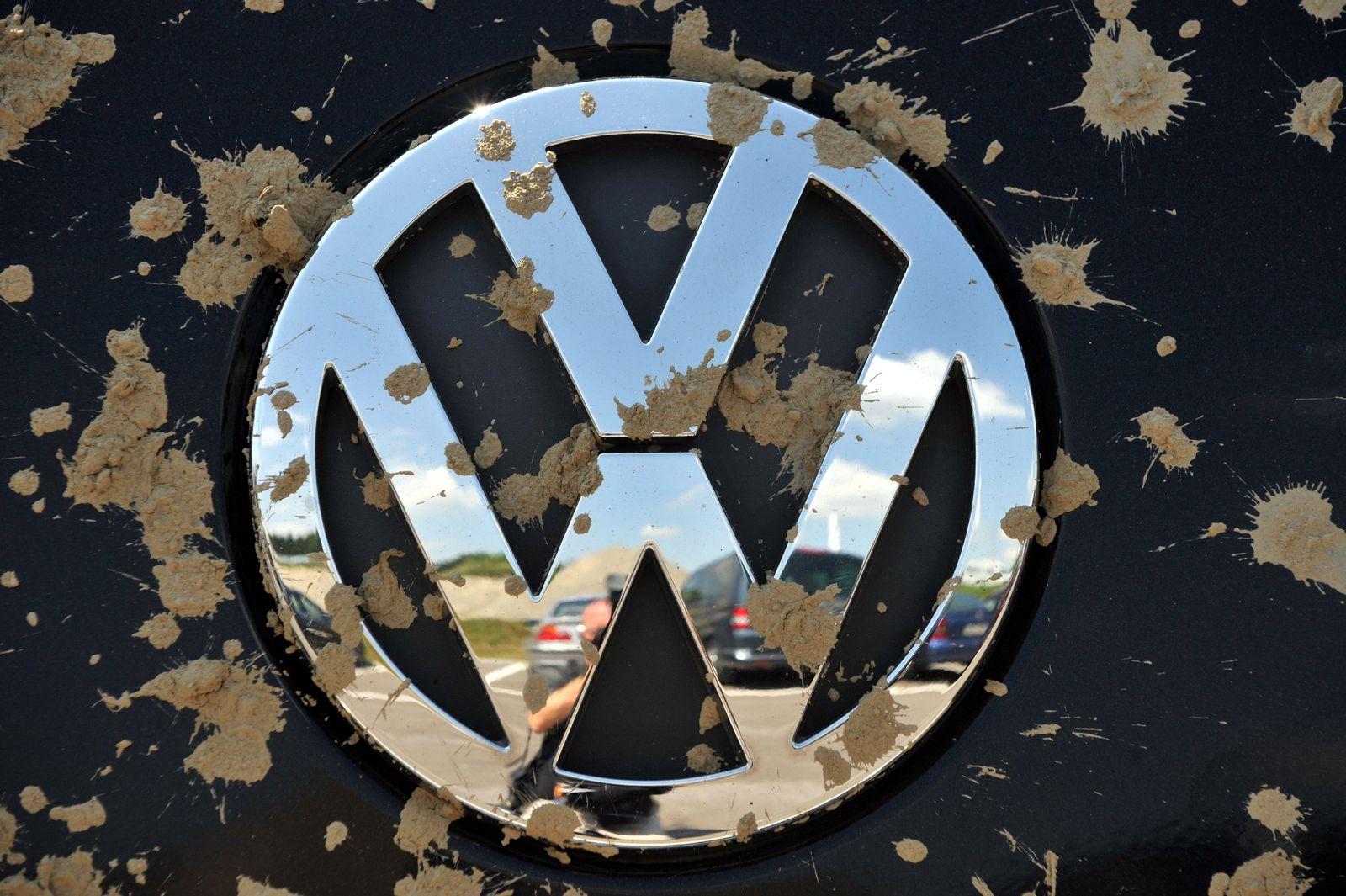Schlammbespritztes VW-Logo