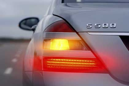 S-Klasse-Rücklicht: Das serienmäßig installierte adaptive LED-Bremslicht zeigt Notbremsungen durch schnelles Blinken an
