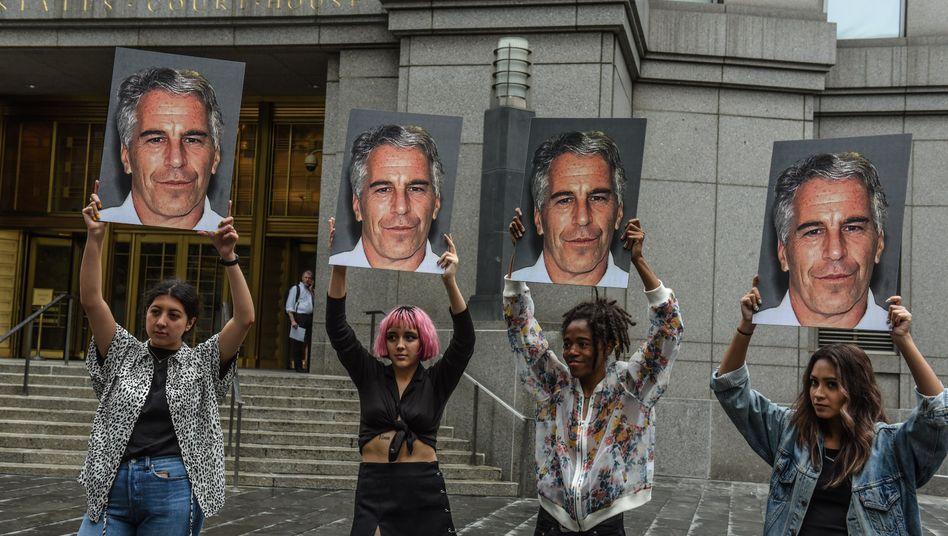 Der Skandal um Finanzier Jeffrey Epstein (im Bild auf Transparenten von Demonstranten in New York City) zieht seine Kreise bis nach Frankfurt