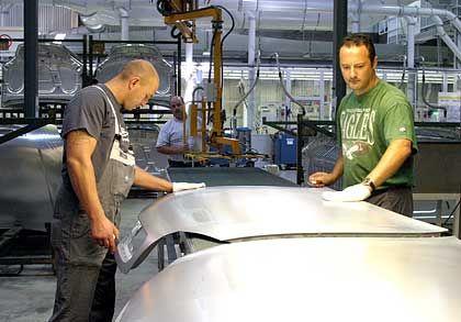 5. Die Produktionsbedingungen: Die Forschungs- und Entwicklungsabteilung bei Opel ist größer und moderner. Vor drei Jahren wurden in das nahe Frankfurt gelegene Werk Rüsselsheim 750 Millionen Euro investiert. Nach einer Studie des Leverkusener Instituts B&D Forecast war das Werk im vergangenen Jahr allerdings nur zu 52 Prozent ausgelastet - könnte eine steigende Nachfrage also leicht verkraften. Schließlich wäre es technisch und räumlich bedingt teurer, die Produktionsanlagen in Schweden so umzurüsten, dass der Vectra dort produziert werden könnte, als wenn man die Saab 9-3-Produktion in Deutschland integrierte. Fazit: 2 : 3 gegen Deutschland