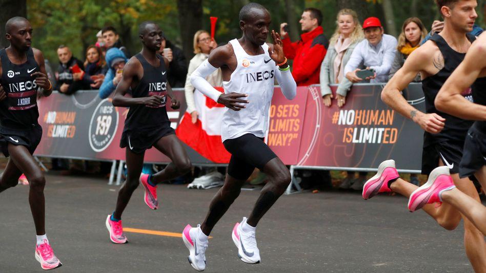 """Fabellauf mit """"Wunderschuh"""": Der Kenianer Eliud Kipchoge bei seinem Marathon 2019 in Wien, bei dem er als erster Mensch unter zwei Stunden blieb"""